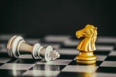 Lek för utmaning för intelligens för strategischackstrid på schackbrädet Royaltyfria Bilder