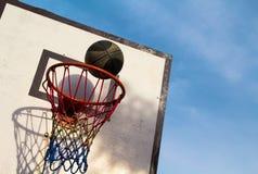 Lek för utomhus- sport för sommar Aktiv livsstil under skollov arkivbild