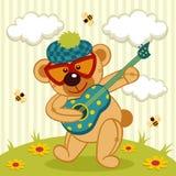 Lek för nallebjörn på en gitarr Arkivfoton