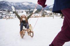 Lek i en snö med pappa Arkivbild
