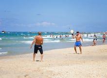 Lek Matkot för två män i den israeliska stranden Arkivbilder