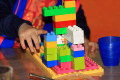 Lek med Lego Royaltyfri Fotografi