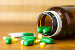 Lek recepta dla traktowania lekarstwa Farmaceutyczny medicament, lekarstwo w zbiorniku dla zdrowie Apteka temat Zdjęcia Royalty Free