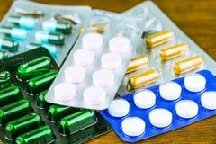 Lek recepta dla traktowania lekarstwa Farmaceutyczny medicament, lekarstwo w zbiorniku dla zdrowie Apteka temat Fotografia Stock