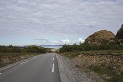 Lek wyspa, Norwegia, droga seawith czerwieni góry Obraz Royalty Free