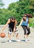 leka barn för basketpar Royaltyfria Foton