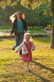 leka barn för dottermoderpark Royaltyfria Bilder