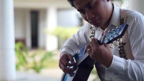 leka barn för gitarrman stock video