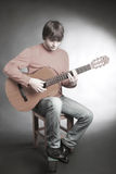 leka barn för gitarrman royaltyfri bild