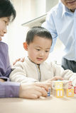 leka barn för pojke Arkivbild