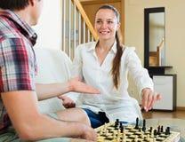 leka barn för schackpar Fotografering för Bildbyråer
