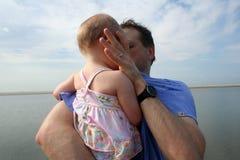 leka barn för stranddotterfader arkivbild