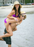 leka barn för strandpar Royaltyfria Foton