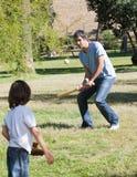 Leka baseball för idrotts- fader med hans son Royaltyfri Foto