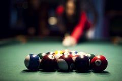 Leka billiard för ung kvinna Royaltyfria Bilder