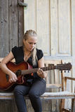 Leka en akustisk gitarr Fotografering för Bildbyråer