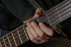 Leka en gitarr Arkivfoto