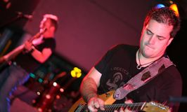 leka etapp för gitarrspelare royaltyfri bild