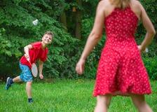 leka för badmintonpojkeflicka Fotografering för Bildbyråer