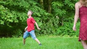 leka för badmintonpojkeflicka stock video