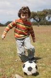 leka för barnfotboll Royaltyfri Fotografi