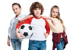 leka för barnfotboll Royaltyfria Bilder