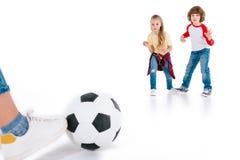 leka för barnfotboll Fotografering för Bildbyråer