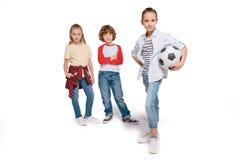 leka för barnfotboll Arkivfoton