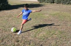 leka för barnfotboll Royaltyfri Foto