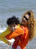 leka för barnmoder royaltyfri fotografi
