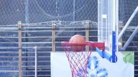 leka för basket Bollen skriver in korgen stock video