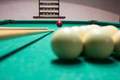 leka för billiard Biljardbollar och stickreplik på grön biljardflik Royaltyfri Bild