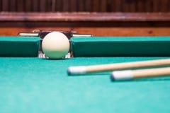 leka för billiard Biljardbollar och stickreplik på grön biljardflik Arkivbild