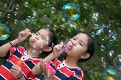 leka för bubblaflickapark Royaltyfria Foton