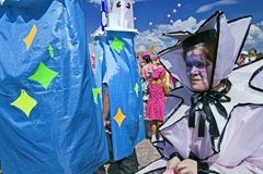 leka för deltagare för clowner utomhus- Arkivbild