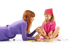leka för dottermoder Arkivfoton