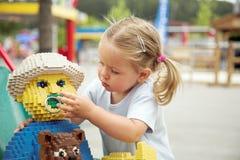 leka för flicka som är litet royaltyfri fotografi