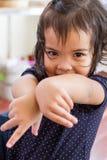 leka för flicka som är litet Royaltyfri Foto