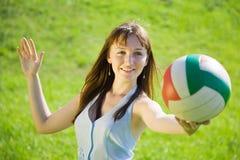 leka för flicka som är volleybal Arkivfoto