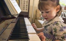 leka för flickapiano Royaltyfri Fotografi