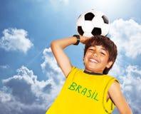leka för fotboll för pojke gulligt royaltyfri bild