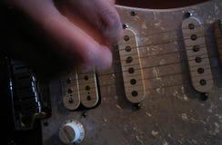 leka för gitarr Arkivfoto
