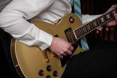 leka för gitarr Royaltyfri Fotografi
