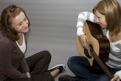 leka för gitarr royaltyfria bilder