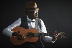 leka för gitarr royaltyfria foton