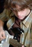 leka för gitarr som är teen Arkivbild