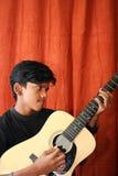 leka för gitarr som är tonårs- Royaltyfri Bild