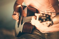 leka för gitarrgitarrist fotografering för bildbyråer