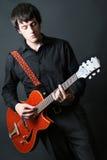 leka för gitarrgitarrist Royaltyfri Fotografi