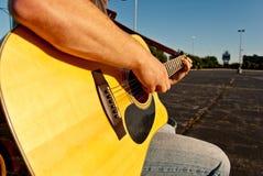 leka för gitarrman Royaltyfria Bilder